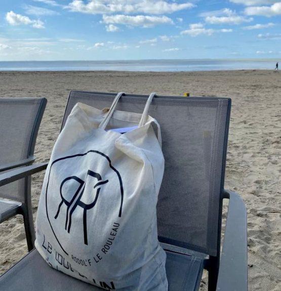 tote bag signé rodol'f en bord de mer